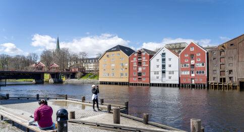 Trondheim 20200521.  Ungdommer som satt ute ved gamle bybro ved Nidelva i Trondheim onsdag, når byen fikk en smak av sommer. Foto: Gorm Kallestad / NTB scanpix