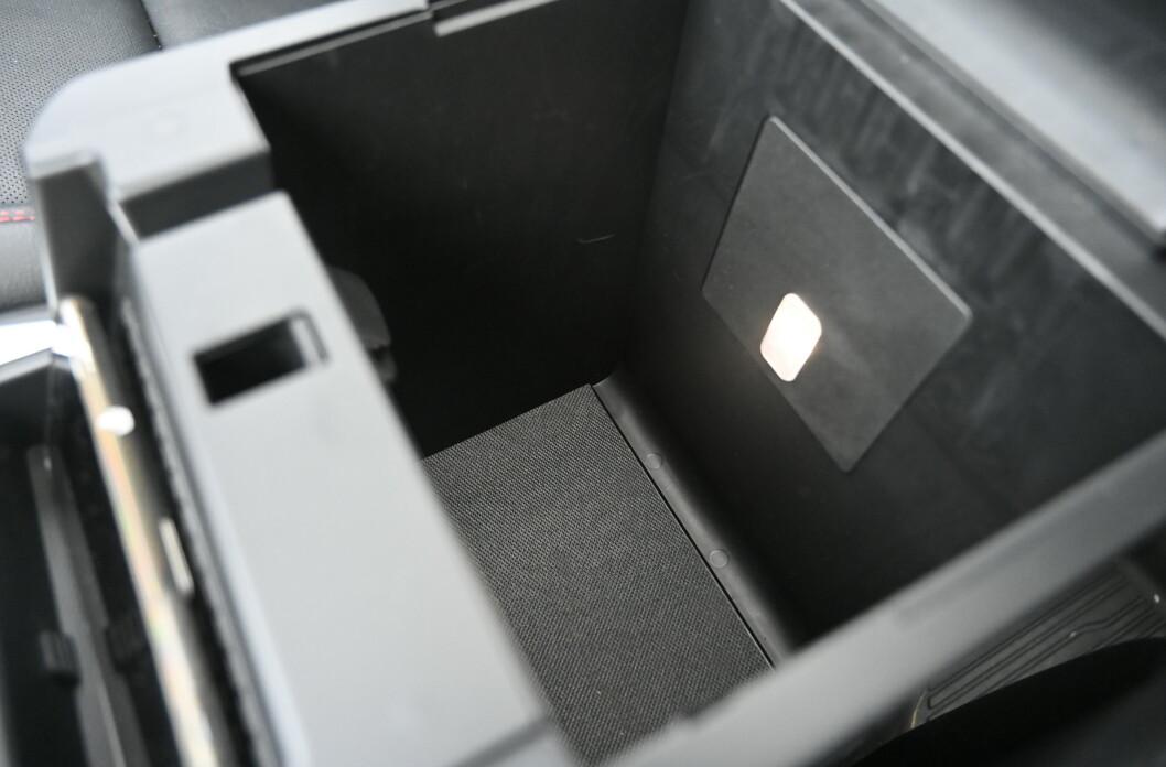 <strong>STORT:</strong> Det er mange bra lagringsmuligheter i interiøret. Sog siden det er en amerikansk bil, finnes det rikelig med koppeholdere.  Foto: Rune M. Nesheim