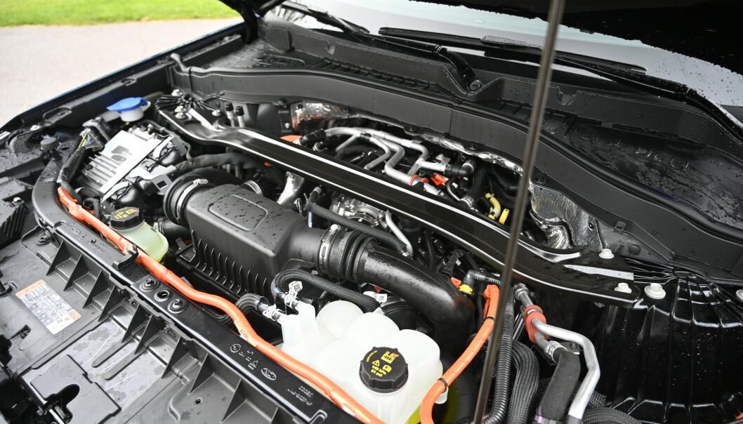 <strong>V6:</strong> 3-literen har 357 hk og 555 Nm alene, men blir litt tørst på langkjøring. Egen panserstøtte og oransje tape på høyspent-ledningene er noen av mange detaljer som viser at Ford sparer penger der man kan. Foto: Rune M. Nesheim