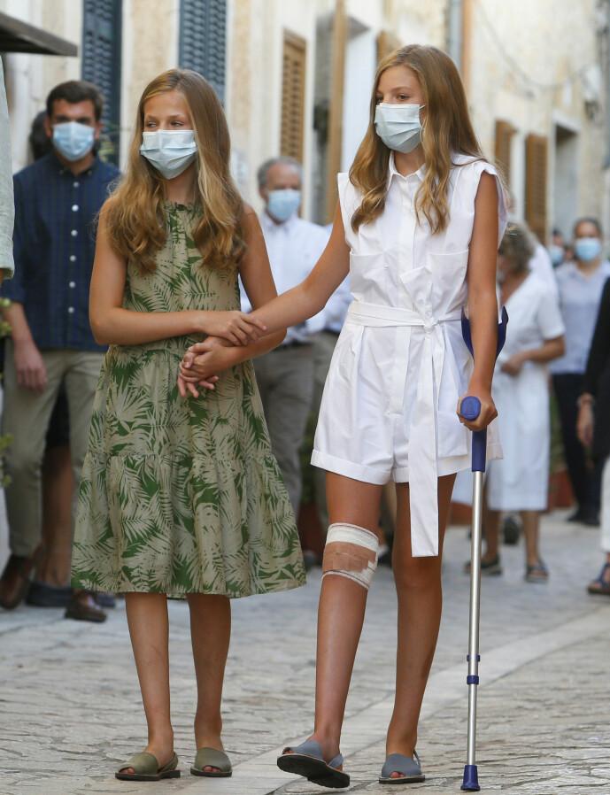 <strong>STØTTE:</strong> Sofía støttet seg til storesøsteren Leonor der de ruslet av gårde nedover gaten. Foto: NTB Scanpix