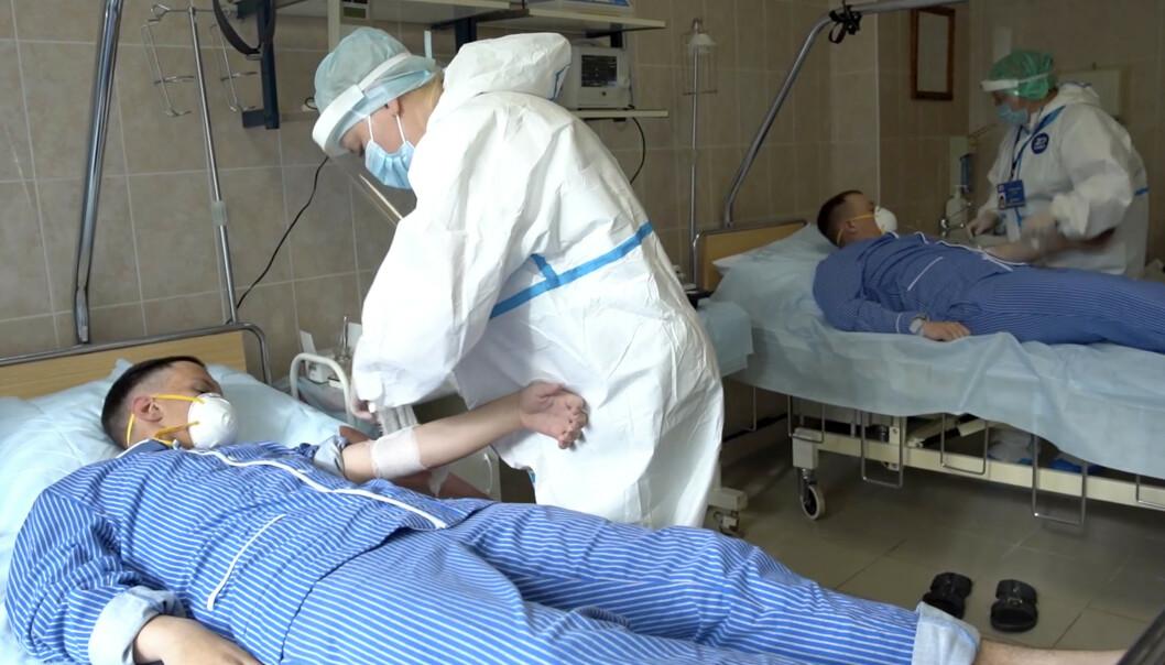 <strong>TESTES:</strong> Medisinsk personell tapper blod fra frivillige som deltar i vaksinetestingen i Russland. Foto: Russian Defense Ministry Press Service via AP / NTB scanpix