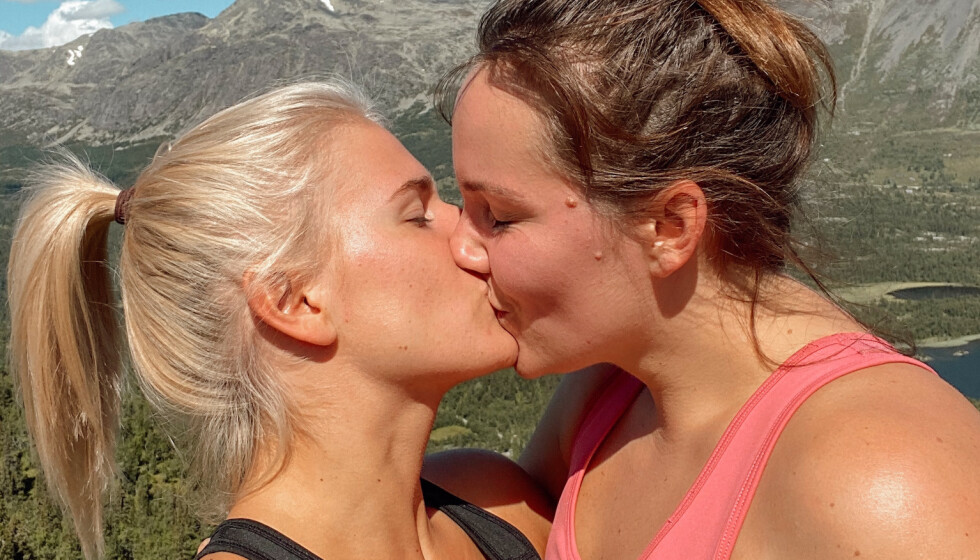 <strong>FREMTIDSPLANER:</strong> Influenserne Camilla Lorentzen og Julie Visnes har vært sammen siden juni, og planlegger nå veien videre sammen. Foto: Privat