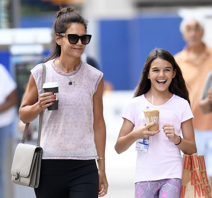 <strong>ALENEMOR:</strong> Katie Holmes har eneansvaret for datteren Suri Cruise, etter skilsmissen med filmstjernen i 2012. Her er den søte mor og datter-duoen på shopping i New York i 2019. FOTO: NTB scanpix
