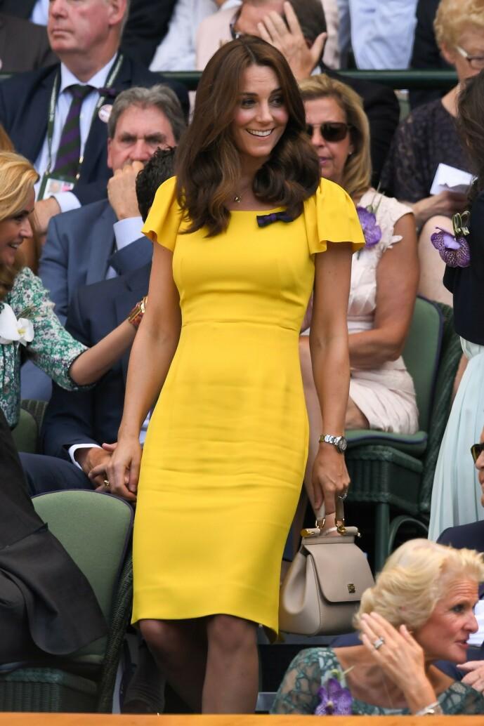 VEKKER OPPSIKT: I likehet med oss andre kan det se ut til at hertuginne Kate syns gult er kult, men at hun også er blant de heldige som virkelig kler fargen! Foto: NTB Scanpix