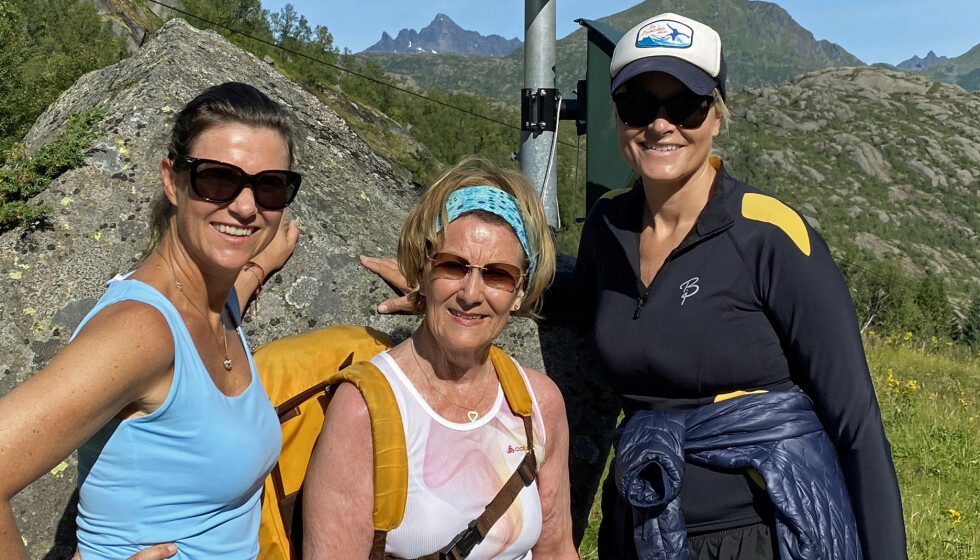 <strong>TURDAMER:</strong> Prinsesse Märtha Louise, dronning Sonja og kronprinsesse Mette-Marit på vei til Stortinden, 530 meter over havet. Foto: Det kongelige hoff