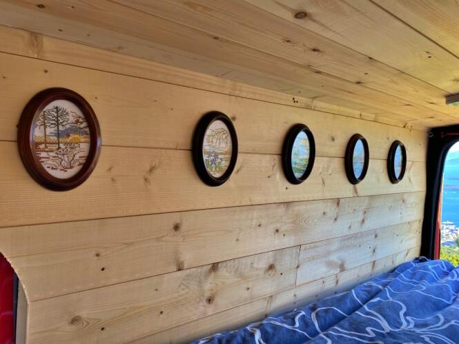 <strong>GODE MINNER:</strong> Med mormors broderte bilder på veggen dro Henrik Sæther Sørheim på sommerferie med bobilen «Aud». Oppkalt etter mormor. Foto: Privat