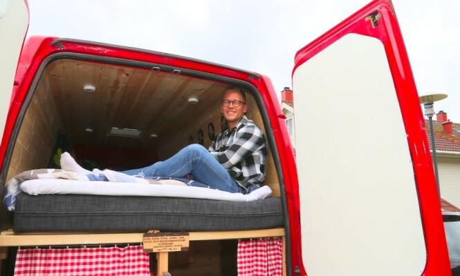 <strong>ENKLE GLEDER:</strong> Henrik Sæther Sørheim bygde om en 14 år gammel kassebil til en campervan. Nå selges den videre med fortjeneste – og sommerbudsjettet går med overskudd. Foto: Odd Roar Lange