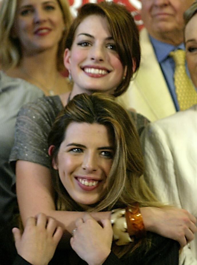 <strong>BESTEVENNER:</strong> Anne Hathaway og Heather Matarazzo spilte bestevenner på film. Her sammen i 2004. Foto: NTB scanpix