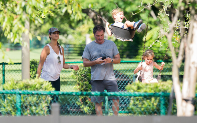 <strong>I FLORIDA:</strong> Prinsesse Madeleine, ektemannen og deres to eldste barn fotografert sammen på en lekeplass i Florida i september 2018. Foto: Splash News/ NTB scanpix