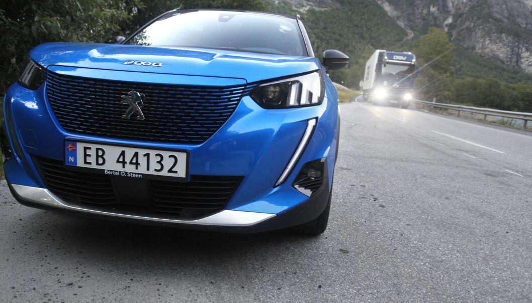 <strong>GODT KJØP:</strong> Peugeot e-2008 gir mye elbil for pengene. Men er det nok? Foto: Øystein B. Fossum