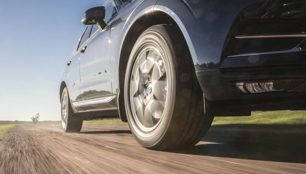 <strong>SLITES FORT:</strong> Den tyske undersøkelsen viser at dekkene på elbiler går 30 prosent kortere enn dekkene på en bensinbil før de er utslitt. Foto: Nokian