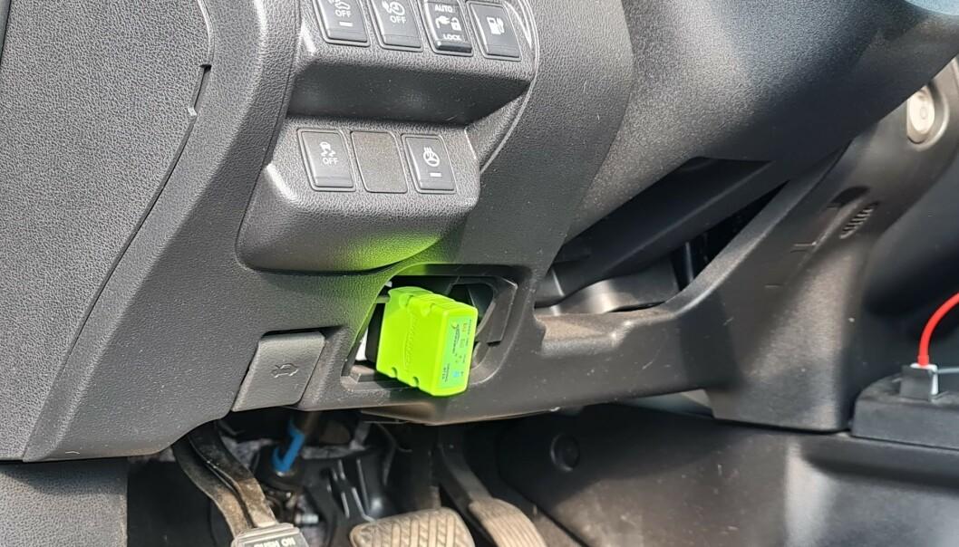 <strong>PLUGGES INN:</strong> Bak et lokk på undersiden av rattet finner du OBD-diagnoseporten. Ved å koble et egnet adapter inn her, kan du så bruke mobiltelefonen til å hente ut informasjon. Foto: Pål Joakim Pollen