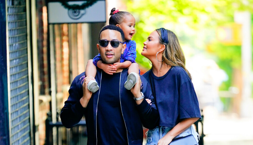 <strong>TREBARNSFORELDRE:</strong> John Legend og Chrissy Teigen kunne tidligere denne måneden avsløre at de venter sitt tredje barn sammen. Nå letter førstnevnte på sløret om konas graviditet. Foto: NTB scanpix