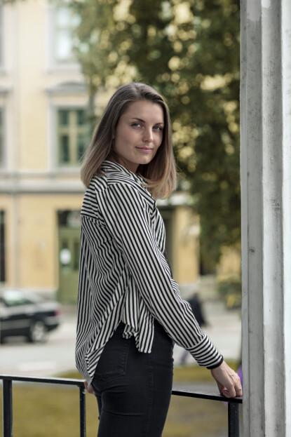 <strong>FORSTÅR MER AV EGNE MØNSTRE:</strong> Vilde (26) opplever å forstå mer av seg selv gjennom farens historie. Foto: Astrid Waller
