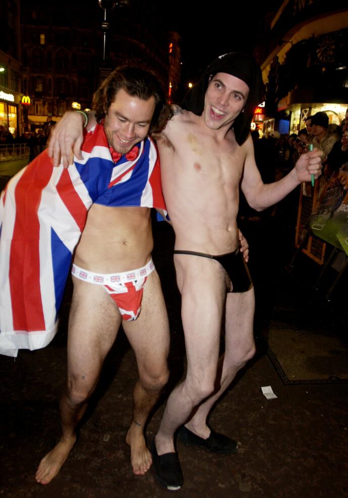 <strong>PARTY BOY:</strong> Pontius var som regel å se på denne måten, med minimalt av klær på kroppen. Her er han avbildet med Steve-O. Foto: NTB Scanpix