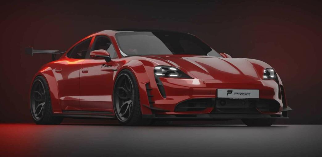 <strong>10 CM BREDERE:</strong> Stylingkitet gir Taycan markant bredde over hekken og med hekkvingen får man skikkelig link til 911 GT3 RS. Illustrasjon: Prior Design
