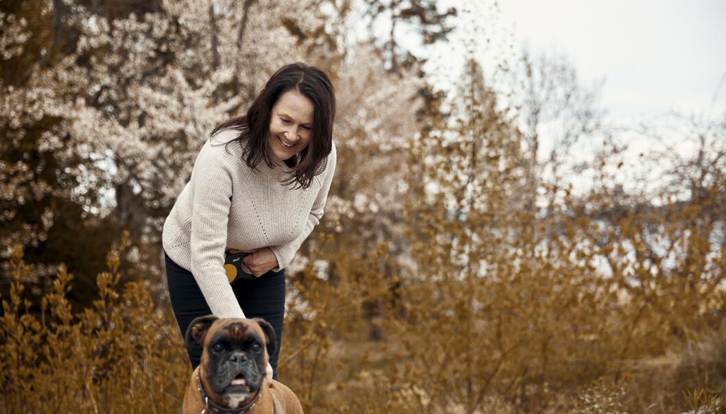 <strong>SAMBOERE:</strong> Vigdis og hunden Emma Hjorth lever i tosomhet på Nesøya. FOTO: Sara Angelica Spilling
