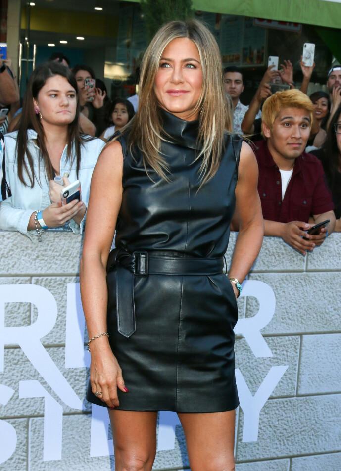 <strong>PÅ RØD LØPER:</strong> Jennifer Aniston har hatt blitslampene rettet mot seg i flere tiår. Her på «Murder Mystery»-premieren i Westwood i juni 2019. Foto: Splash News/ NTB Scanpix