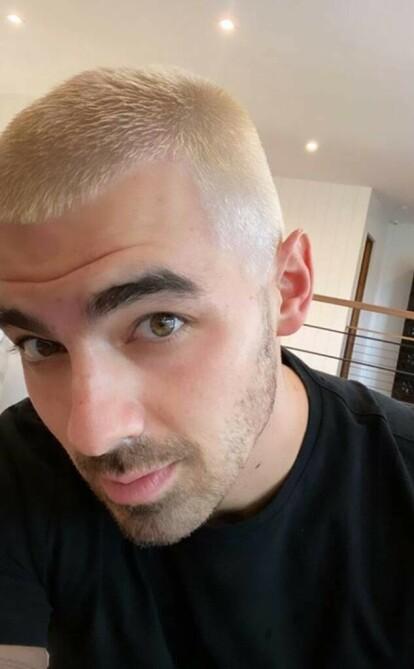 <strong>HEI SVEIS:</strong> Joe Jonas har byttet ut sin mørke sveis med platinablondt hår. Foto: Skjermdump / Instagram