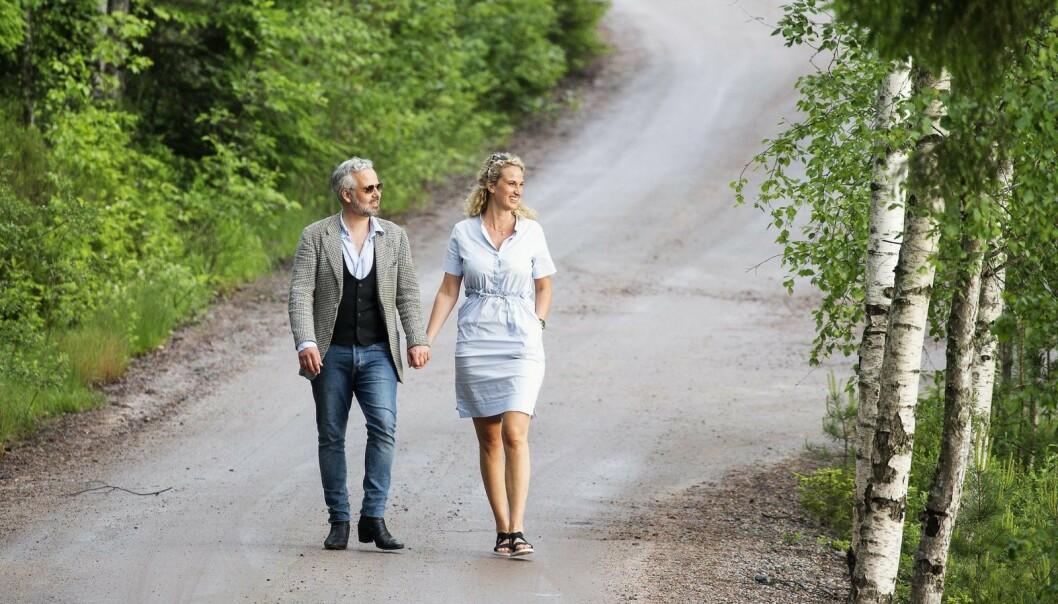 <strong>BARE MINNENE TILBAKE:</strong> Ari og Ebba på Rømskog i Østfold – forelsket og hånd i hånd. Nå går Ebba videre alene.