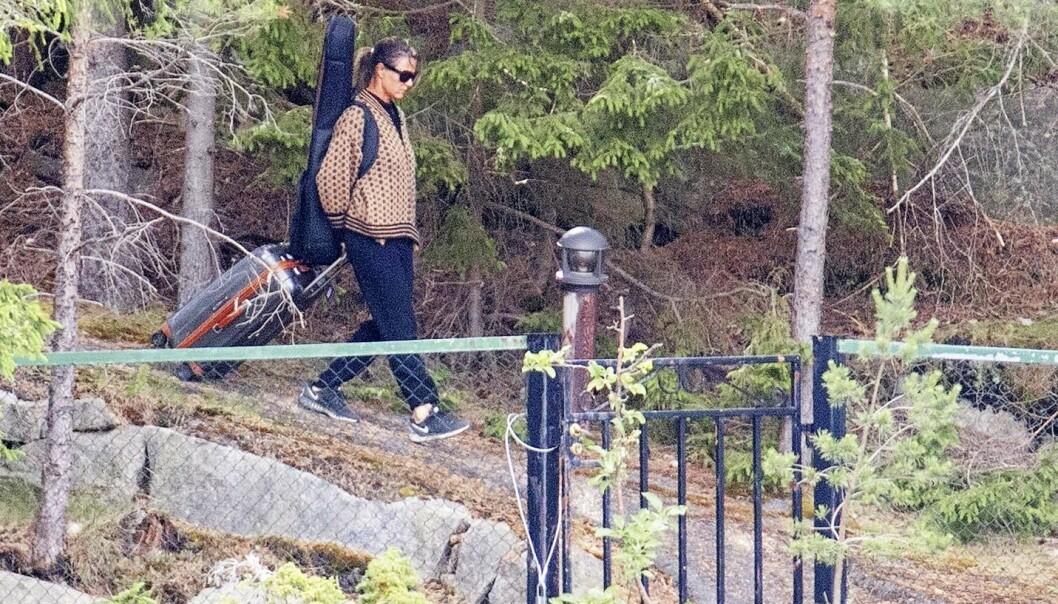 <strong>EVENTYRET OVER:</strong> Prinsesse Märtha Louise har eid Bloksbjerg siden 2001. Her vandrer hun ut porten med trillekoffert i hendene og gitar på ryggen.