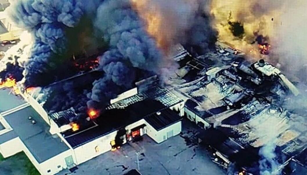<strong>NEDBRENT:</strong> Fabrikken i Sverige har fått enorme skader i brannen. Foto: Räddningstjänsten Piteå