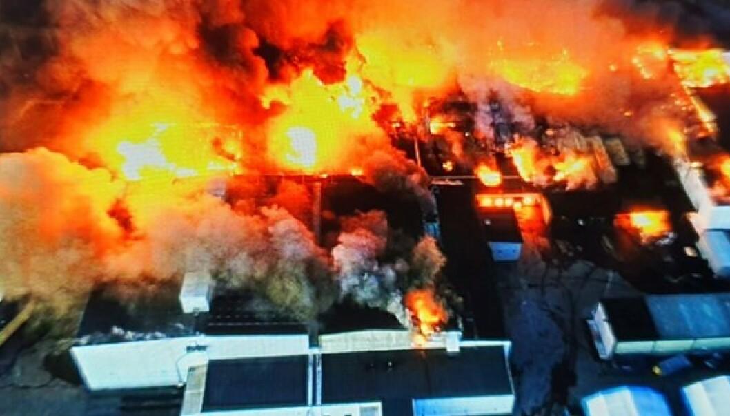 <strong>FLAMMEHAV:</strong> Brannen spredte seg raskt i fabrikkbygningene. Foto: Räddningstjänsten Piteå