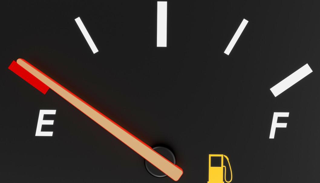 <strong>BENSINLAMPE-RULETT:</strong> Selv om undersøkelsen viser at bilen skal kunne klare ti mil på «reserven», er det ingen grunn til å ta sjansen. Moralen må bli: Tank i tide. Foto: Colourbox.