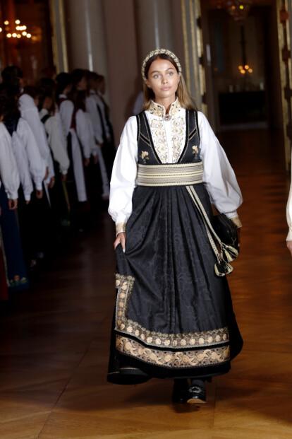 <strong>PÅ SLOTTET:</strong> Juliane var selvskreven gjest da Marius' lillesøster, prinsesse Ingrid Alexandra, konfirmerte seg i fjor. Foto: Lise serud / NTB scanpix