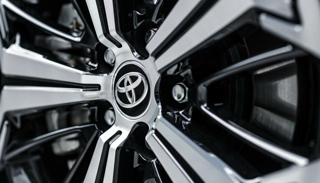 <strong>STANDARD:</strong> 19-tommere er tilgjengelig på den dyreste modellen med tofarget lakk. Foto: Toyota