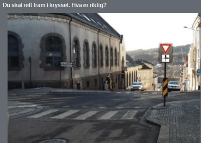 <strong>ALTERNATIVER:</strong> A) Skiltet gir meg forkjørsrett. B) Jeg har vikeplikt for trafikk fra venstre. C) Jeg har vikeplikt for møtende trafikk som skal til venstre. D) Møtende som vil svinge til venstre har vikeplikt for meg.