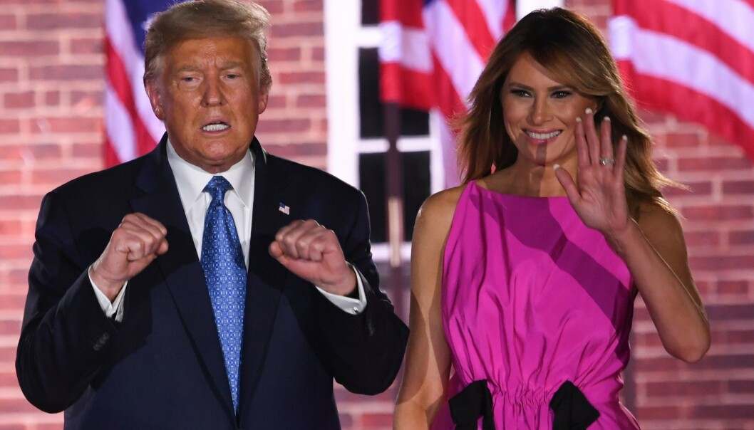 <strong>SLÅR TILBAKE:</strong> USAs president Donald Trump og førstedame Melania Trump på den tredje kvelden på republikanernes landsmøte i Baltimore. Foto: NTB Scanpix/ AFP