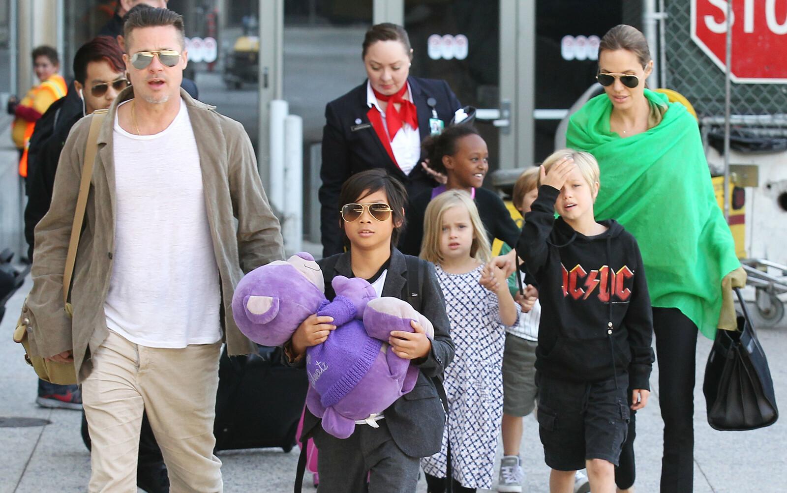 <strong>BARNEFLOKKEN:</strong> Brad Pitt og Angelina Jolie har barna Maddox, Shiloh, Pax, Knox, Vivienne og Zahara sammen. I dag krangler de om hvordan de skal fordele foreldreretten for barna etter skilsmissen i 2016. Dette bildet ble tatt i 2014. FOTO: NTB scanpix