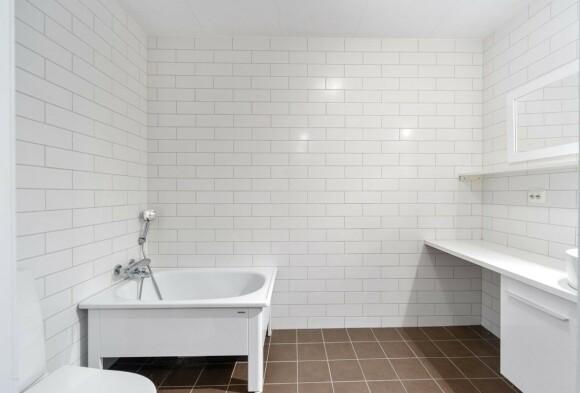 <strong>BAD:</strong> Rekkehuset inneholder to bad, dette er badet i første etasje. Foto: Privatmegleren Ålesund