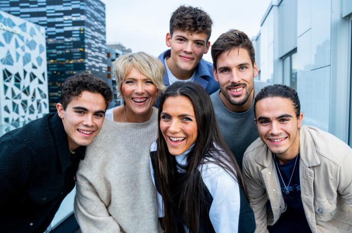 <strong>SAMLET:</strong> Her er Trude Vasstrand avbildet sammen med sine tre sønner Noah, Emil og Silas, og datteren Jørgine og hennes ektemann Morten. Foto: Espen Solli/ TV 2