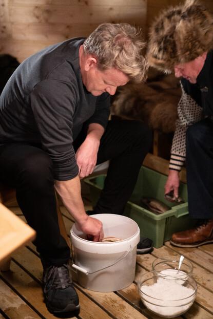 <strong>BÅNN I BØTTA:</strong> Gordon Ramsay fikk også smake rakfisk. Foto: National Geographic