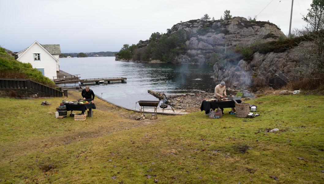 <strong>KOKER I NORGE:</strong> Bildet er fra opptaket i Norge, hvor det foregår en uformell kokkekamp mellom Gordon Ramsay og norske Christopher Haatuft fra Bergen. Foto: National Geographic