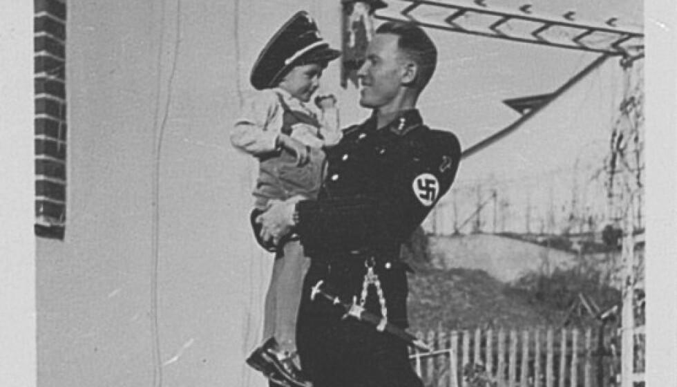 <strong>GIV AKT:</strong> Otto von Wächter i SS-uniform med sønnen Horst på armen. Noen år seinere ble Otto funnet død, og Horst Wächter har brukt mye tid på å finne farens morder. Foto: Press forlag