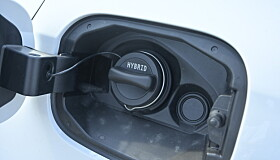 """<strong>FEIL SIDE:</strong> Av en eller annen grunn har A-klasse tankpåfylling av bensin på """"feil"""" side. Normalen for tyske biler er høyre side. Foto: Rune M. Nesheim"""