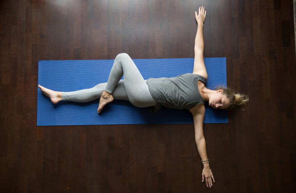 <strong>VOND NAKKE:</strong> Denne øvelsen, ofte kalt Spinal Twist eller t-spine opener, er gull for stiv nakke, skuldre og rygg. Husk å ha håndflatene mot taket når du utfører øvelsen. FOTO: NTB scanpix