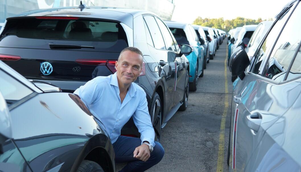 <strong>SPENT:</strong> VW-sjef Harald Edvardsen-Eibak har ventet lenge på denne dagen. I begynnelsen av september får de første kundene sine biler.