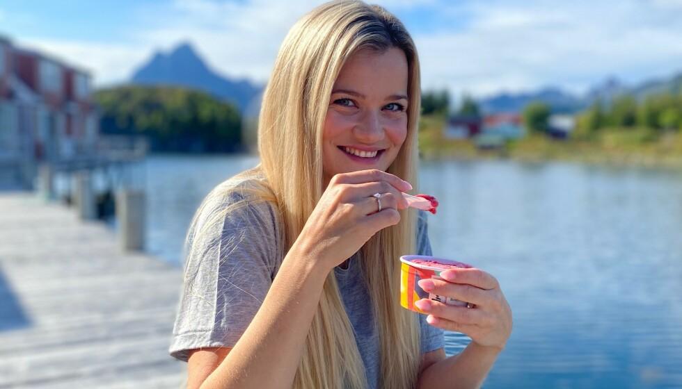 <strong>SOMMER OG SJØ:</strong> – Det er noe med den roen du finner ved sjøen, sier Sandra Lyng. Da smaker det godt med en is.