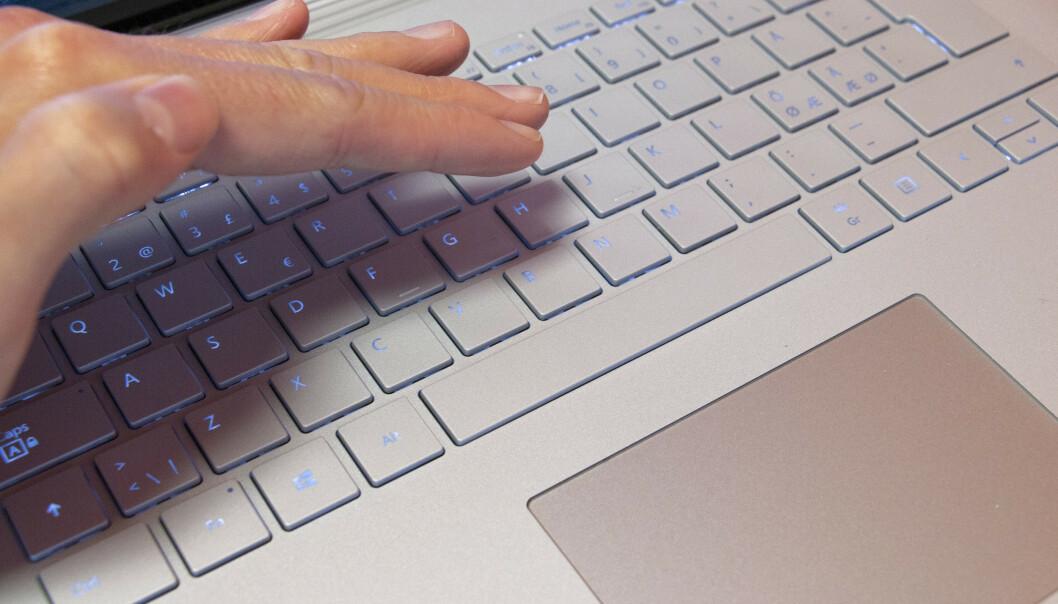 Tastaturet er godt å skrive på, men bakgrunnslyset forsvinner litt i lyset. Styreflaten er i minste laget. Foto: Martin Kynningsrud Størbu
