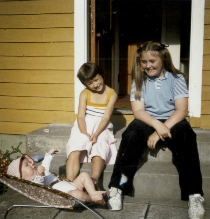 <strong>DEN GANG DA:</strong> Storesøster Marianne med lillesøster Elsebeth, i babystolen, og barnevakten Nina (t.h.). Barnevakten var blant de siste som så Marianne før hun forsvant. FOTO: Privat