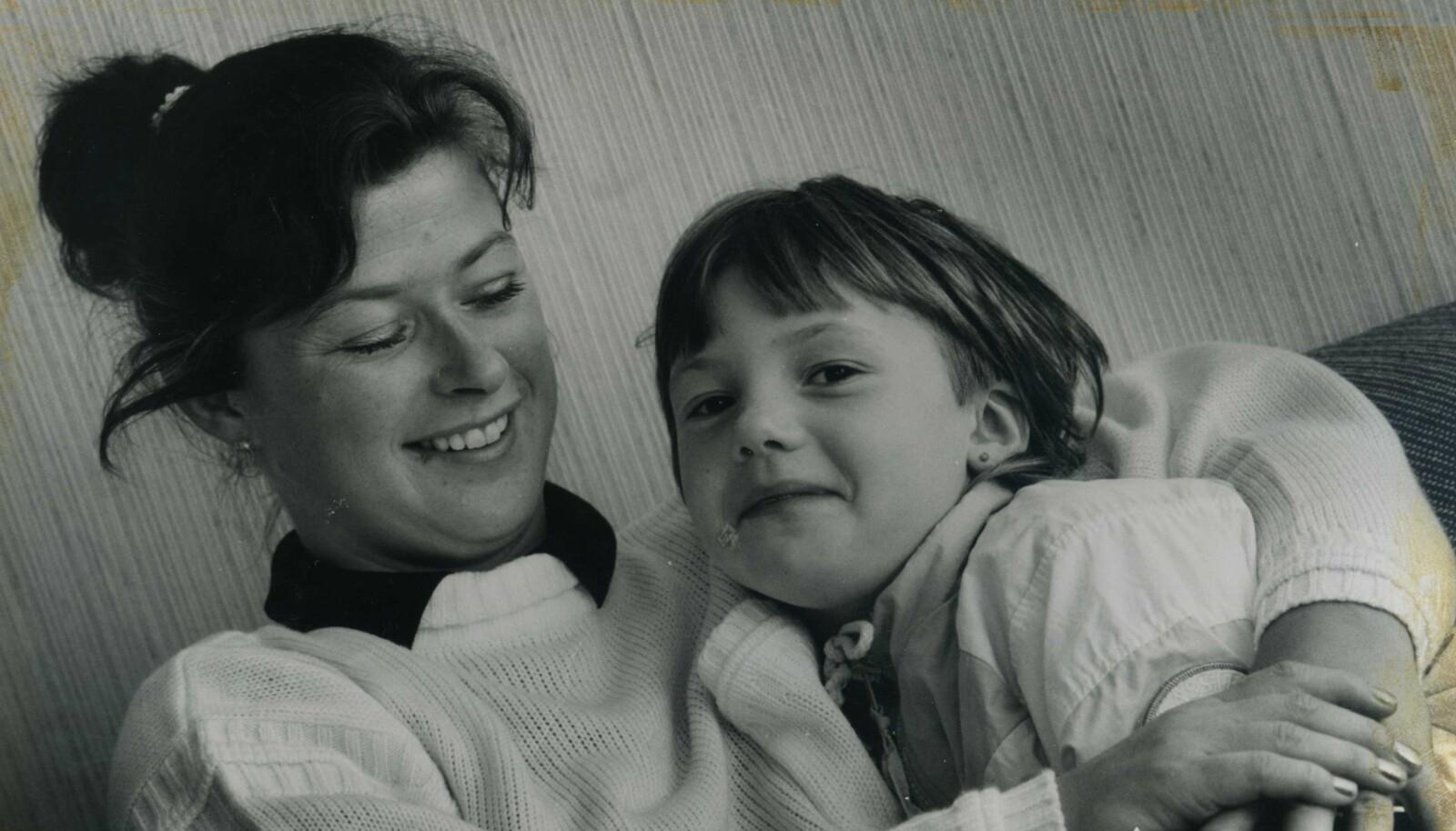 <strong>ET LIV UTEN MARIANNE:</strong> Lillesøster Elsebeth var bare fire måneder da Marianne forsvant. Hun rakk aldri å bli kjent med storesøsteren sin. Dette bildet er av mamma Torunn og Elsebeth i 1984, tre år etter forsvinningen. FOTO: Privat