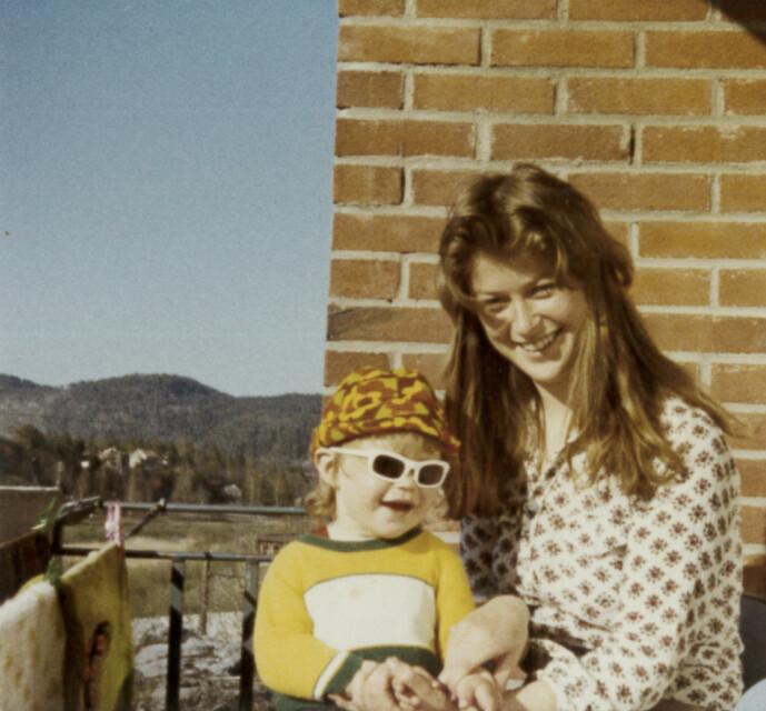 <strong>KOM ALDRI HJEM:</strong> Mamma Torunn med eldstedatteren Marianne på fanget. Seksåringen Marianne forsvant etter en tur på butikken 28. august 1981. Siden har ingen sett henne. FOTO: Privat