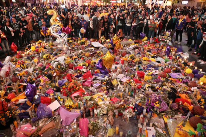 <strong>BLOMSTERHAV:</strong> Utenfor Lakers' hjembane, Staples Center, samlet det seg raskt et stort blomsterhav etter Kobes død. Foto: NTB Scanpix