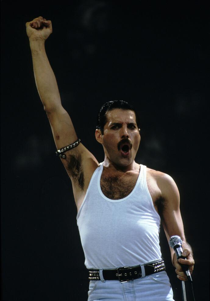 <strong>KJENT STIL:</strong> Mercury er kjent for sine ville sceneopptredener og gullstrupe. Her er han avbildet på scenen i forbindelse med Live Aid. Foto: NTB Scanpix