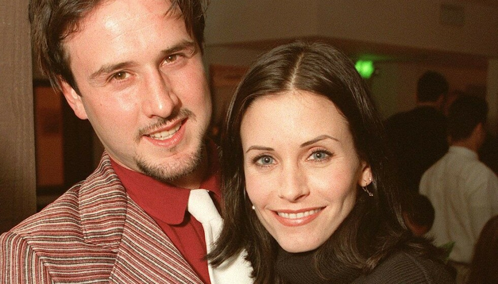 <strong>LANG SKILSMISSE:</strong> Det tok tre år fra bruddet mellom David Arquette og Courteney Cox til de var skilt. Nå letter førstnevnte på sløret om forholdet han har til ekskona i dag. Her er de sammen i 1998. Foto: NTB scanpix