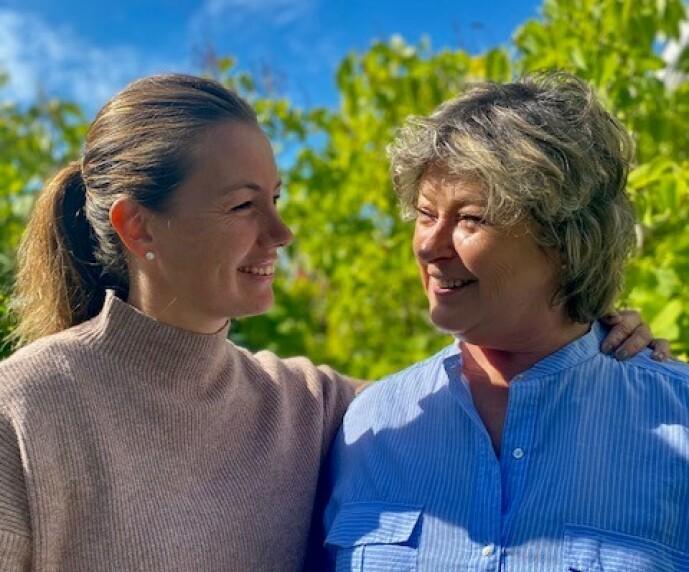 <strong>TETTE BÅND:</strong> Hendelsen har knyttet mamma Torunn og yngstedatteren Elsebeth ekstra tett sammen. FOTO: Privat